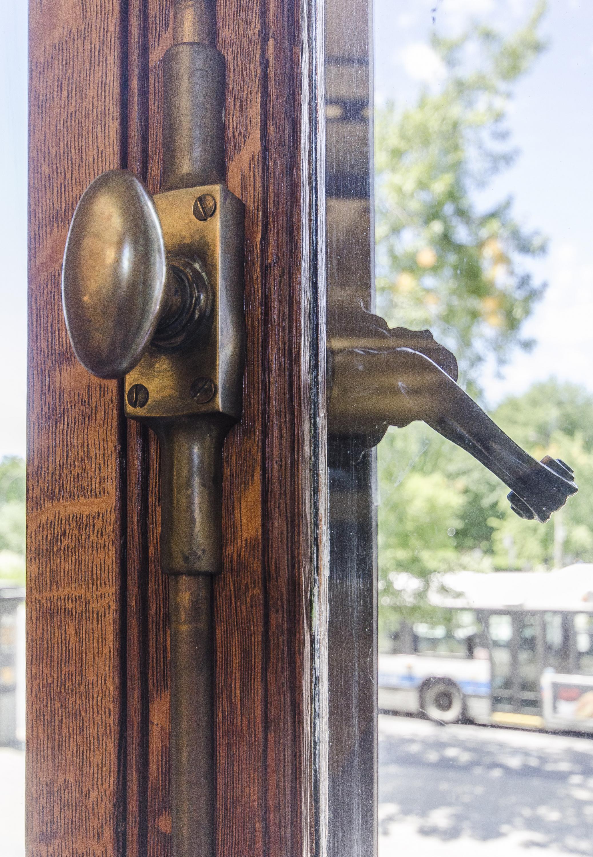 Édifice Gaston-Miron - restauration des fenêtres en bois